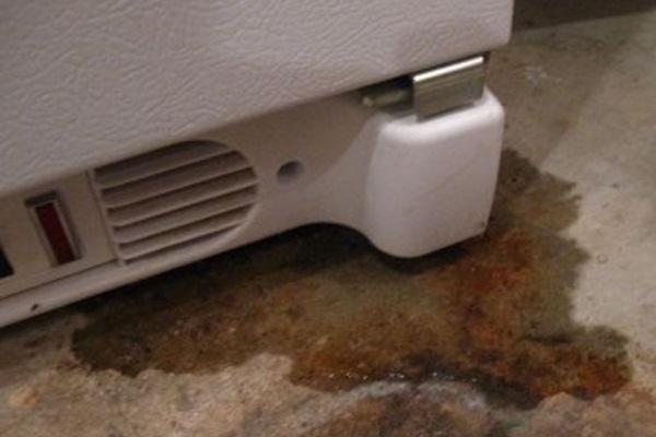 холодильник протекает