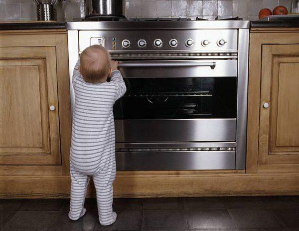 ребенок возле духовки