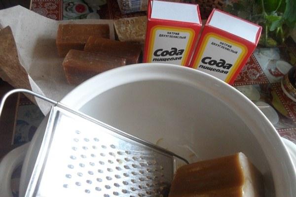 сода и хозяйственное мыло для чистки
