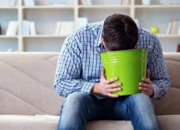 15 простых и эффективных рецептов, как убрать запах рвоты с дивана в домашних условиях