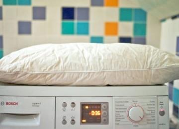 Как правильно стирать синтепоновую подушку в стиральной машине и вручную
