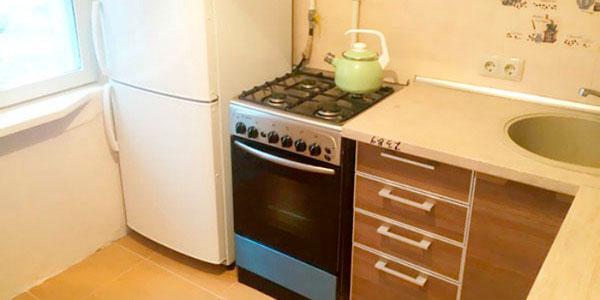 холодильник вблизи плиты